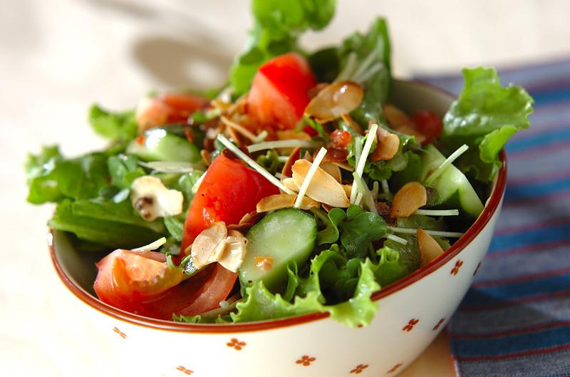 赤と白のデザインの器に入ったシンプルグリーンサラダ