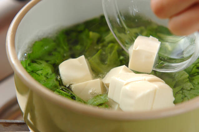 春菊と豆腐の田舎みそ汁の作り方の手順3