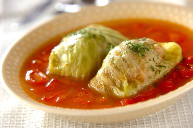 トマトのコンソメスープに浸ったロールキャベツを盛ったお皿