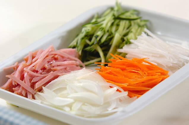 エスニック風サラダそばの作り方の手順1