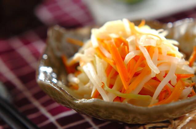 陶器の小鉢に盛り付けたキャベツと玉ねぎの甘酢和え