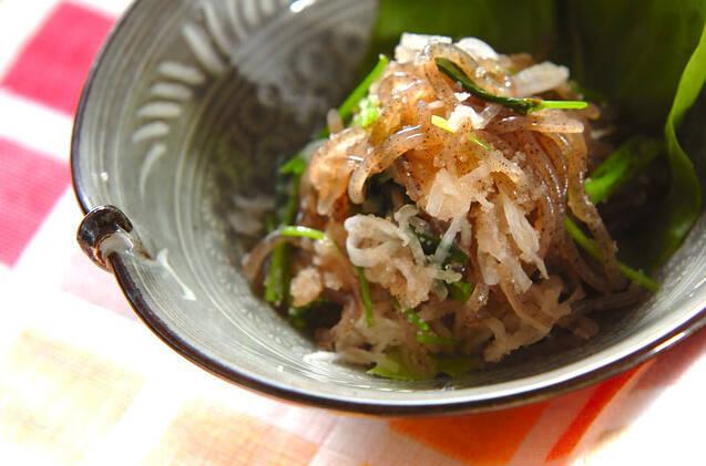 サラダ菜の上に盛られた大根のタラコ和え
