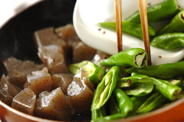 シシトウとコンニャクの炒め物の作り方の手順3