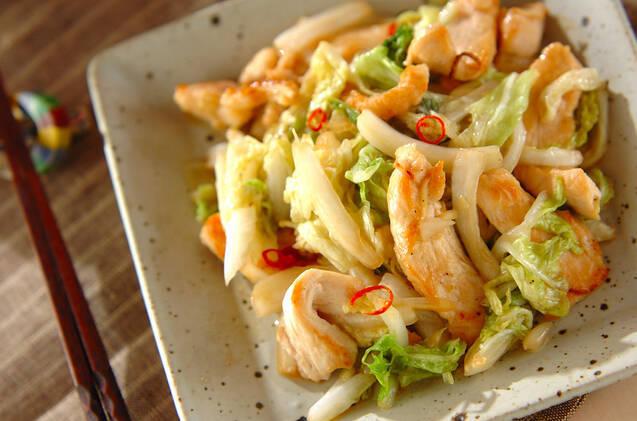 正方形の白っぽい皿に盛られた、白菜と鶏肉の炒めもの