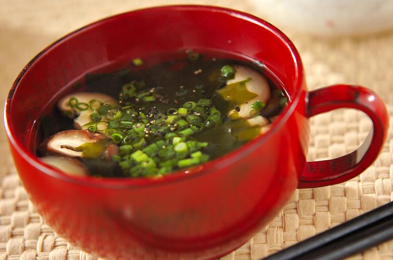 赤い器に入ったシイタケとわかめのスープ