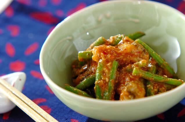小皿に盛られた牡蠣のピリ辛ごまみそ和え