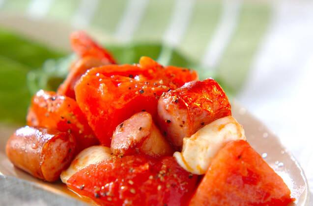 お皿に盛り付けられたトマト、ウインナー、モッツァレラチーズ