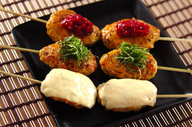 チーズ、大葉、梅肉ソースがのったつくねが盛り付けられているお皿