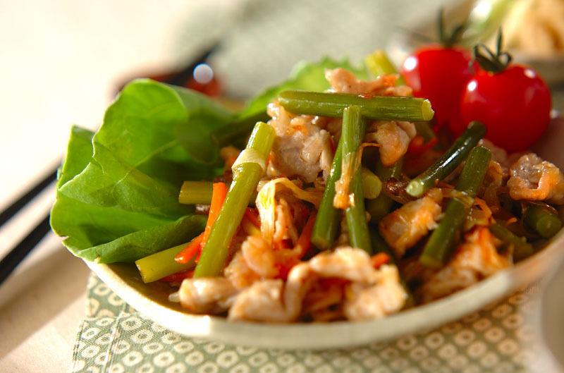 豚肉とニンニクの芽のピリ辛炒めの写真
