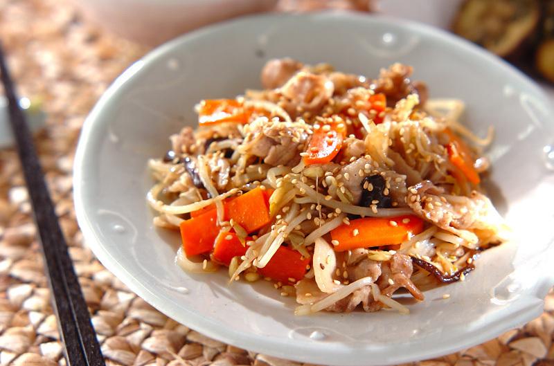 白いお皿に盛られた豚肉ともやしのガーリックしょうゆ炒め