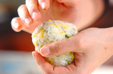 そぼろ卵のおにぎりの作り方4