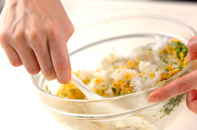 そぼろ卵のおにぎりの作り方の手順2
