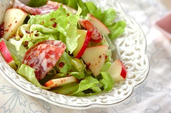 白い器に盛られたサラミとリンゴのサラダ