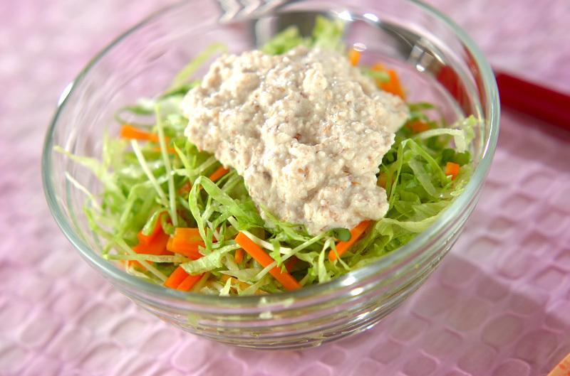 ガラスボウルに入ったせん切りのレタスとにんじんの豆腐マヨネーズがけサラダ