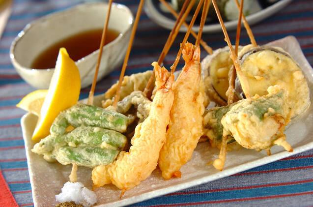 エビ、ホタテ、野菜のいろいろ串揚げ天ぷら
