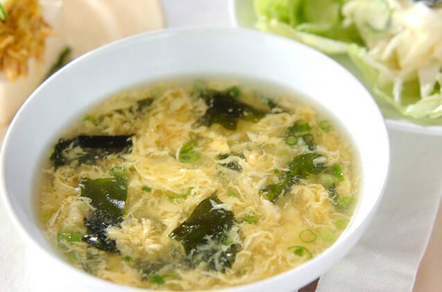 白い器に入った卵スープ