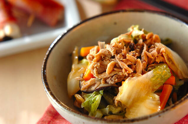 小鉢に盛られたツナと白菜の煮物