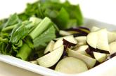 小松菜とナスのみそ汁の下準備1