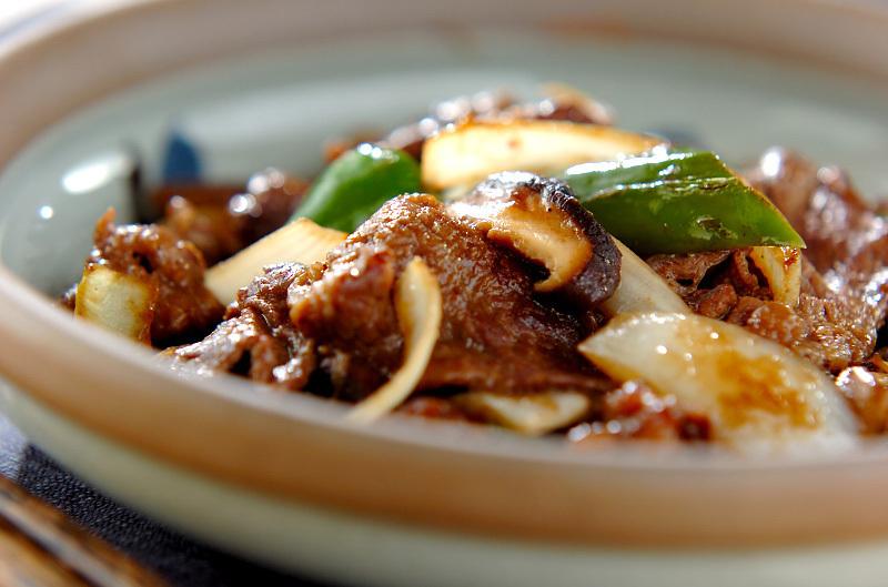 和食器に盛られた牛肉とピーマンと玉ねぎの炒め物
