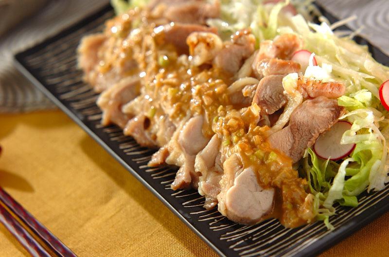 2. ピリ辛ゴマダレがけレンジ蒸し鶏