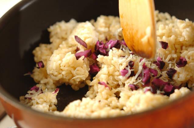 玄米を使った和風チャーハンとワカメスープの作り方の手順5