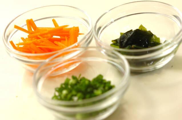 玄米を使った和風チャーハンとワカメスープの作り方の手順1