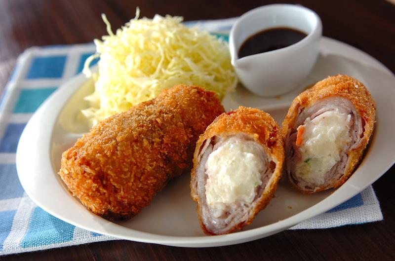白いお皿に盛られた肉巻きポテトコロッケ