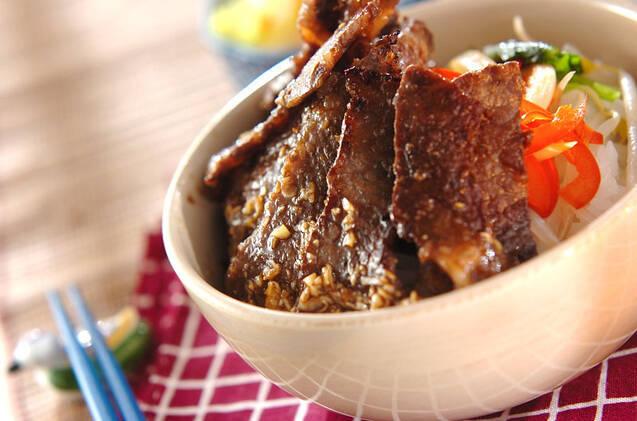 お肉と野菜がたっぷりのったカルビ丼