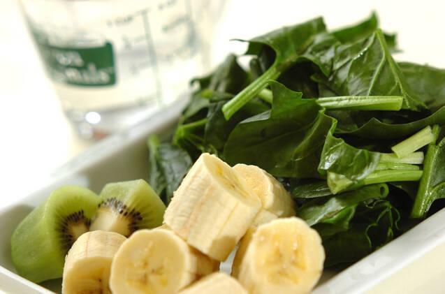 キウイ、バナナ、青菜のエネルギーチャージ☆グリーンスムージーの作り方の手順1