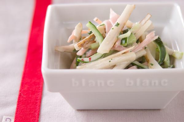 白い器に盛られたごぼうときゅうりとハムのサラダ