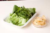 青菜と油揚げの煮物の下準備1