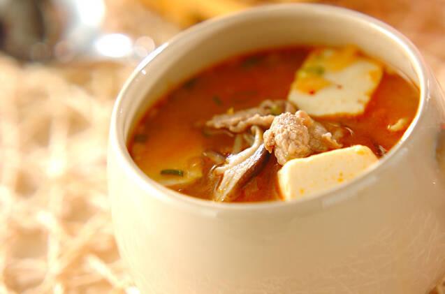 白い器に入ったキムチのみそスープ