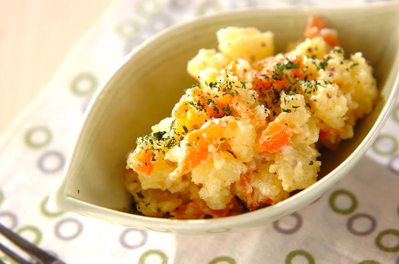 白いお皿に盛られたサーモンのポテトサラダ