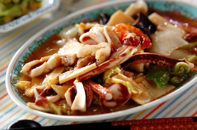中華風のお皿に盛りつけられた白菜と豚肉といかの中華炒め