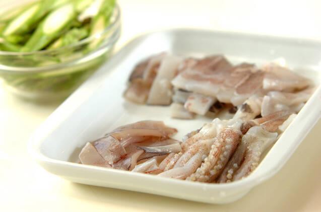 イカとアスパラのペッパー炒めの作り方の手順1