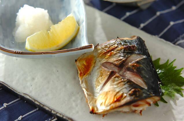 お皿に盛りつけた鯖の塩焼きと大根おろしとレモン