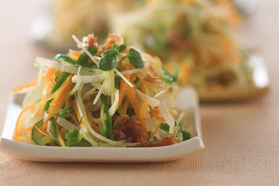 もやし、ピーマン、人参、切干大根などのお野菜をブイヨンでゆでて、甘酢ダレドレッシングで和えた副菜メニュー