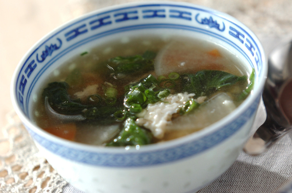 青色の模様が特徴的なお皿に入った鶏ひき肉の卵白スープ