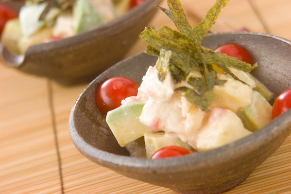 グレーの小鉢に盛られたアボカドのポテトサラダ