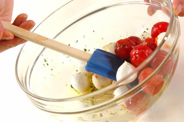 トマトとチーズのマリネの作り方の手順4