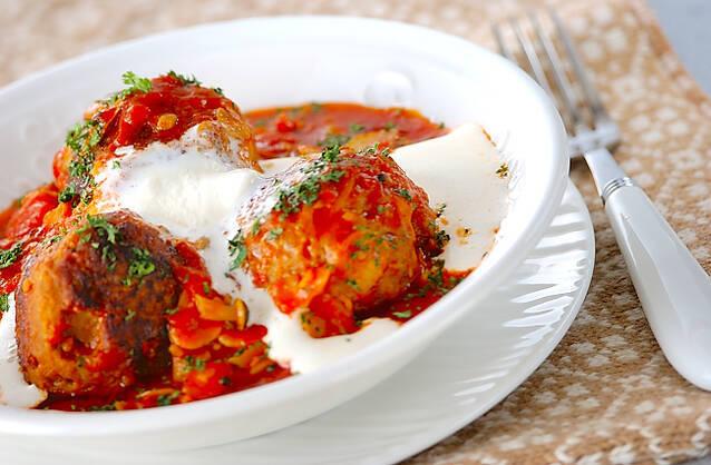 お皿に盛り付けた牛すじ入りトマト煮込みハンバーグ
