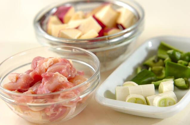 サツマイモと鶏肉のピリ辛甘酢炒めの作り方の手順1