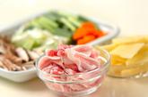 豚肉とニンニクの芽のオイスター炒めの下準備1