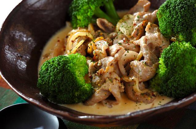 豚肉のクリーム煮とブロッコリー