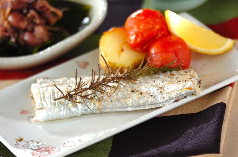 トマトとレモンが添えられた太刀魚のハーブ焼き