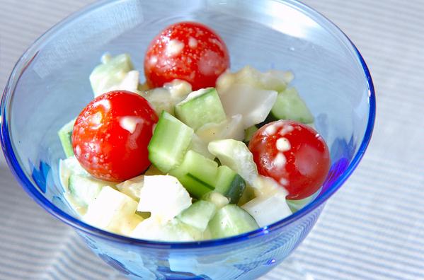青い器に盛られたきゅうりとトマトのサラダ