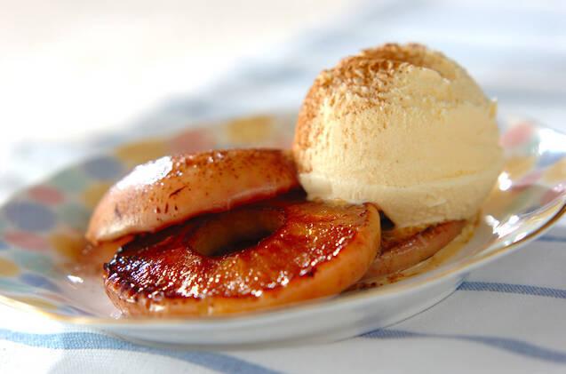 丸皿に盛り付けたフライパン焼きリンゴとバニラアイス