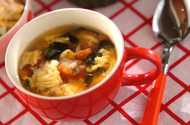 スープ皿に盛られた卵とトマトとザーサイのスープ