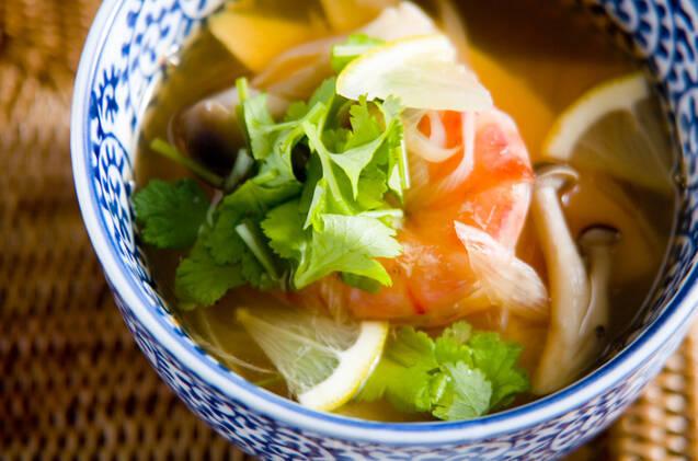 柄入りの器に入った、トムヤムクン風スープ