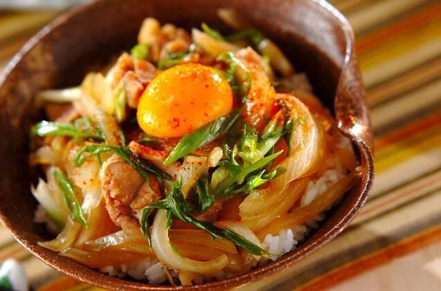 真ん中に卵黄がトッピングされているすき焼き丼